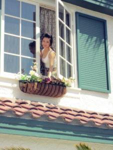 Mở cửa sổ sang nhà hàng xóm có bị phạt không