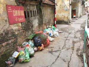 Đổ rác, chất thải sang cửa nhà người khác xử lý thế nào